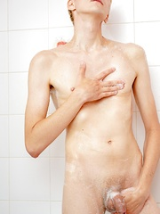 Twink anal play in the shower with Andreas