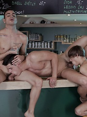 Big Dicked Three-Way Pile Up Gives Noah Matous A Cummy Arse!